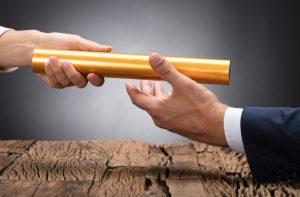 Femme qui tend un bâton doré à un homme