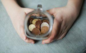 Tasse avec de la monnaie dedans
