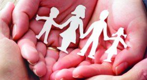 Famille dans une main