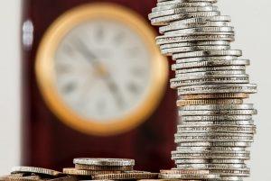 Pile de pièces et horloge