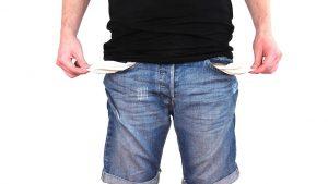 Homme avec les poches vides